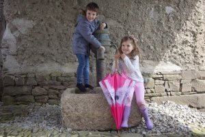 William and Livvy pink umbrella